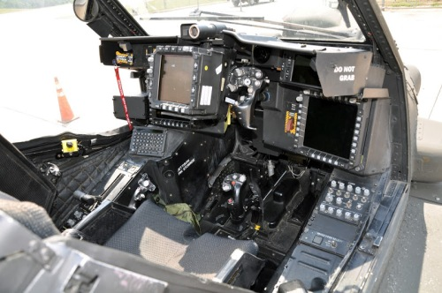 Tampilan kokpit kopilot (gunner) AH-64E Apache.