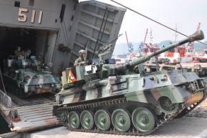 Tank Scorpion keluar dari ramp KRI Teluk Bone.