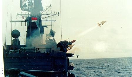 Rudal Seacat dilepaskan dari Van Speijk Class.