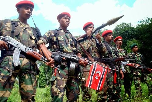 Pasukan GAM menenteng AK-47 dan RPG-7