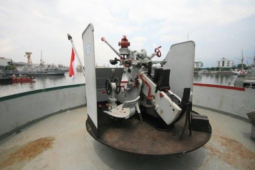 Kanon kaliber 40 mm laras tunggal.