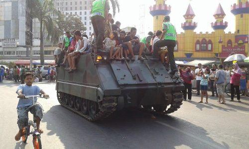 M113 TNI AD sempat menjadi wahana hiburan bagi warga.