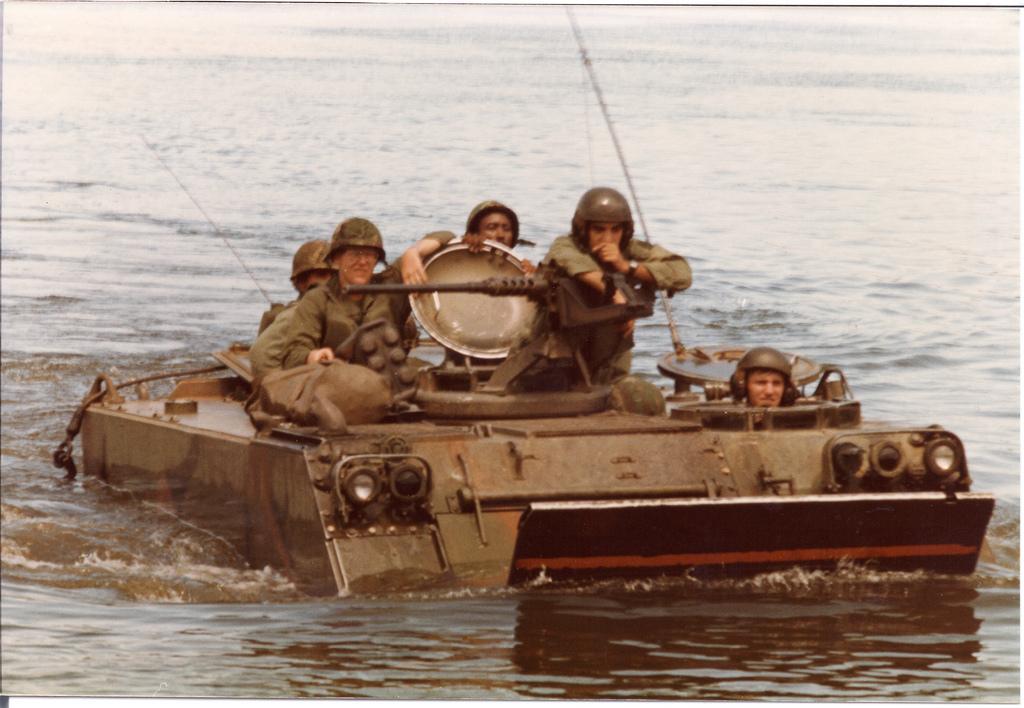 M113 melintasi sungai