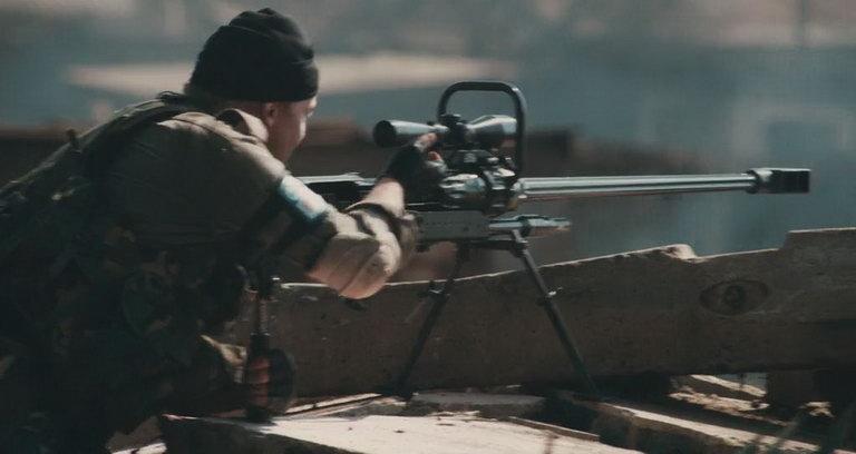 Penembak sedang mengokang NTW-20.