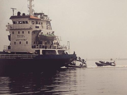 Aksi CANTOKA dilakukan dari arah buritan kapal sasaran.