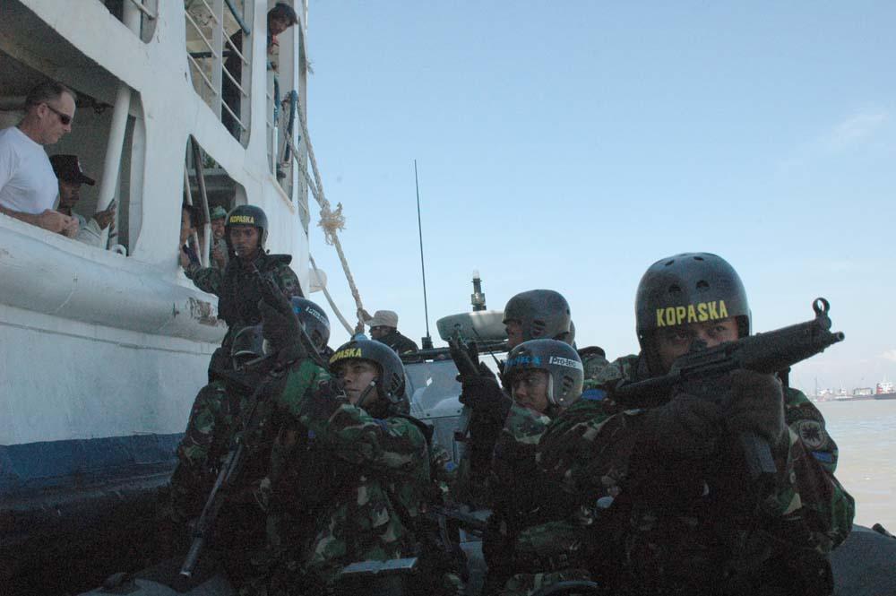 Unit Kopaska Siap Melakukan Ship Boarding.