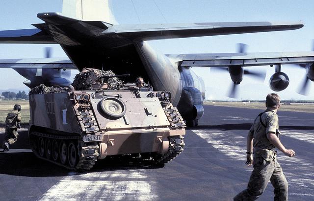 M113 AD Australia saat di daratkan di Timor Timur lewat pesawat angkut berat C-130 Hercules.