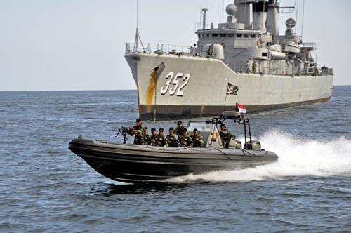 pasukan-kopaska-tni-al-melakukan-pengamanan-anti-teror-dari-aspek-laut-jelang-ktt-asean_dsc0627