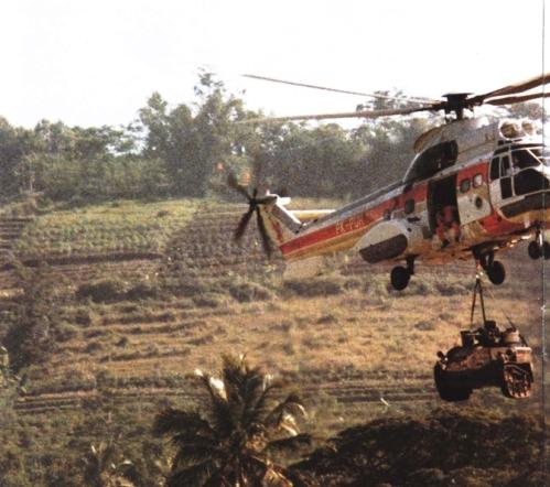 Wiesel diangkut dengan sling oleh Super Puma Pelita Air Service.