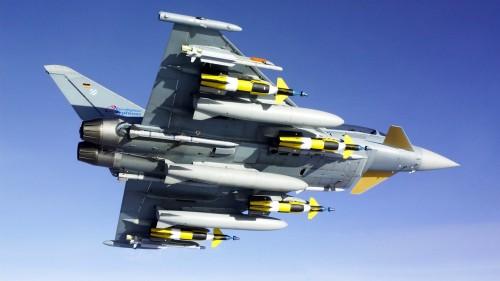 Eurofighter Typhoon dengan bekal senjata lengkap.