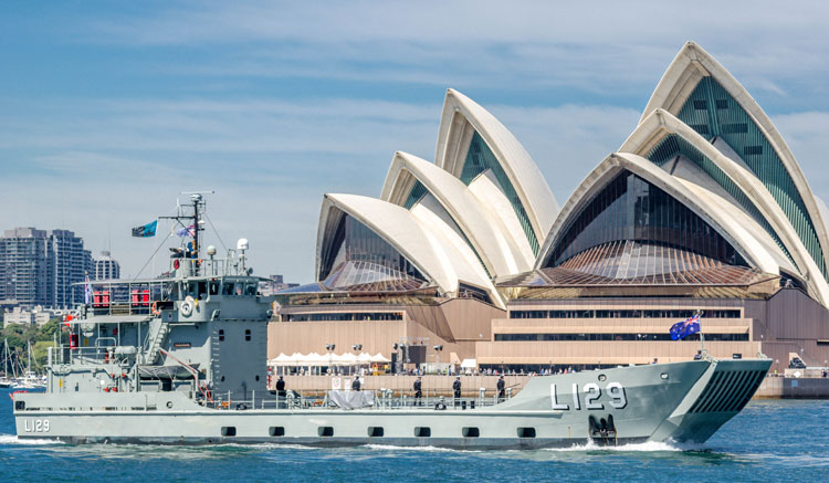 HMAS Tarakan saat mengikuti International Fleet Review tahun 2013.
