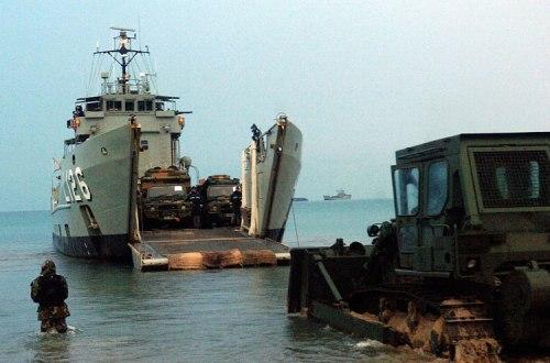 Proses offloading di HMAS Balikpapan