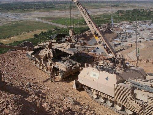 ARV Buffalo AD Kanada mengganti powerpack Leopard 2A6 di medan operasi Afghanistan.