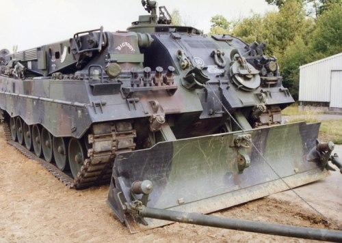 Dibekali dozer yang cukup besar, menjadikannya laksana bulldozer.