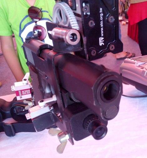 Pistol dibekali sinar infra red dan lensa kamera.