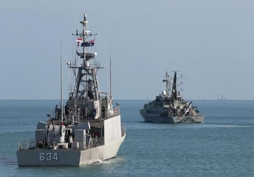 KRI Hiu 634 dengan latar kapal cepat AL Australia HMAS Wollonggong (Armidale Class) di lepas pantai Darwin.