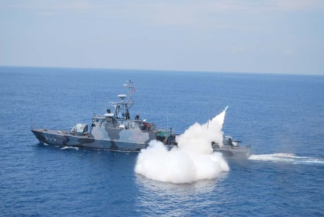 KRI Layang saat menembakkan rudal C-802. Saat ini seluruh FPB-57 tidak lagi menggunakan corak cat loreng.