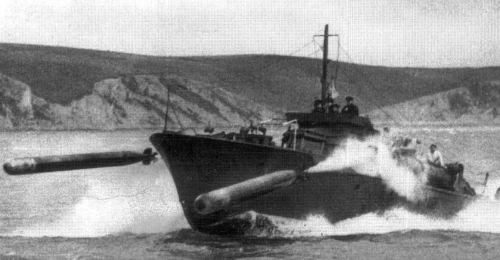 Aksi MTB saat melepaskan torpedo.