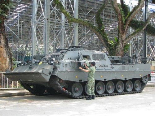 ARV 3 Buffalo AD Singapura beraksi di Marina Bay.