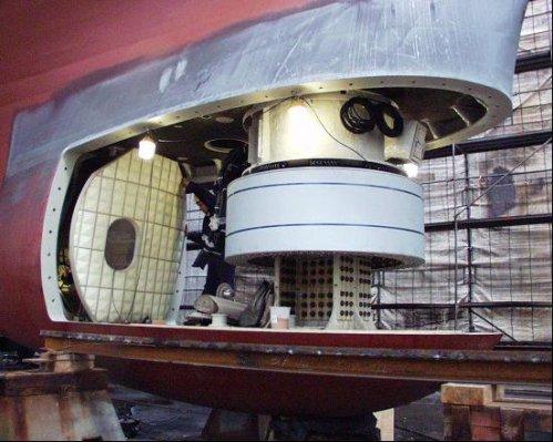 Bagian dalam hull mounted sonar pada bagian bawah lambung kapal.
