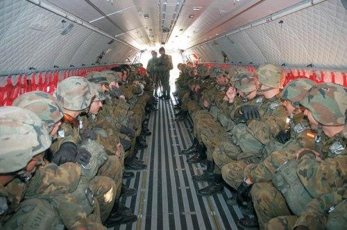 Pasukan linud AD Spanyol di dalam kabin C-295.