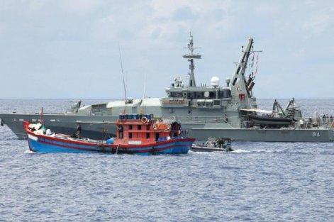 Salah satu kapal Armidale Class tengah menindak illegal fishing.