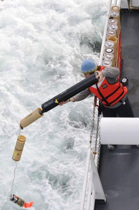 Sonobuoy dilepaskan untuk mendeteksi keberadaan kapal selam.