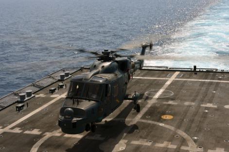 Super Lynx TLDM mendarat di deck Lekiu Class.