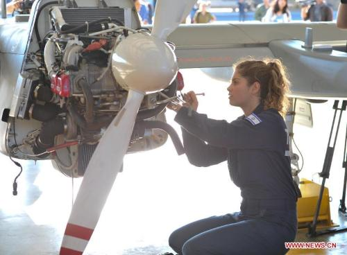 Teknisi AU Israel sedang memeriksa mesin Heron.