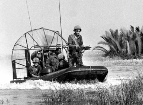 Pasukan AS dengan swamp boat di Perang Vietnam.
