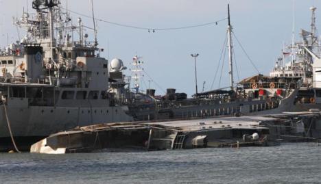 KRI Balikpapan 901 menjadi latar dari KRI Teluk Peleng 535 yang karam di Pondok Dayung, Jakarta Utara.