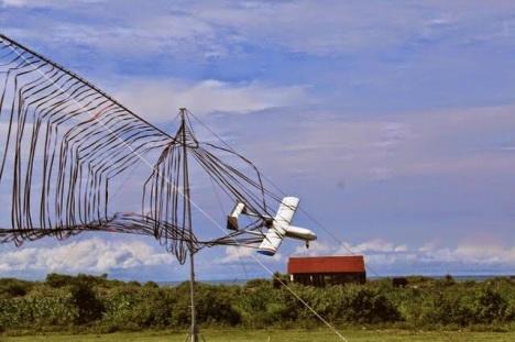 Menggunakan jaring menjadi salah satu solusi untuk mendaratkan UAV.