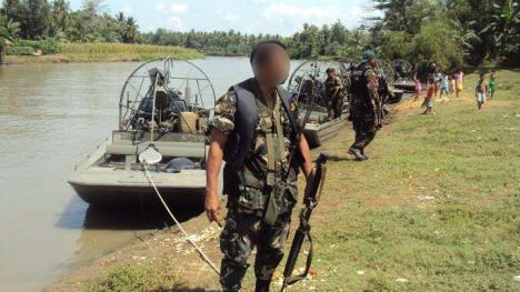 Pasukan Filipina juga memanfaatkan swamp boat.
