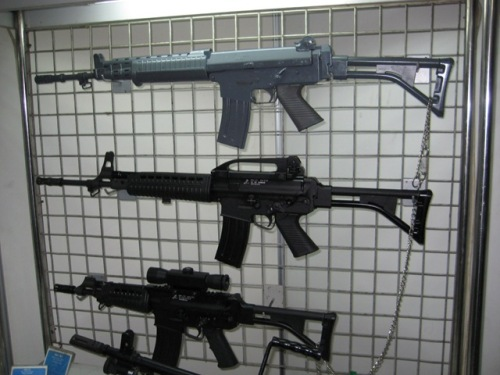 Nampak perbedaan warna senjata yang dilapisi Phosphate, SS-1 M ada di bagian atas.