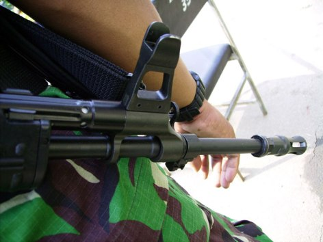 Bagian ujung laras SS-2 mencomot desain AK-47.
